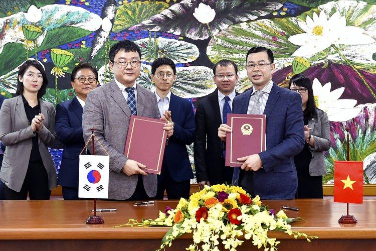 MOU 체결후 포즈를 취하고 있는 정운하 한국마사회 신사업추진단장(왼쪽)과 응오 반 뚜안 베트남 재무성 국장(오른쪽)