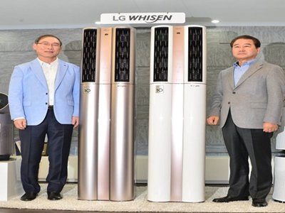 LG Electronics launched 'Whisen Dual Air Conditioner' with AI that can learn on its own at its LG Twin Tower on the 16th.  President Song Dae-hyeon and President Choi Sang-kyu of Korea Business Headquarters (starting from the left) are introducing air conditioners that are applied with Smart Care, Smart Dual air conditioning, inverter compressor and Smart Home service.  Picture = Staff Reporter Kim, Dongwook | gphoto@enews.com
