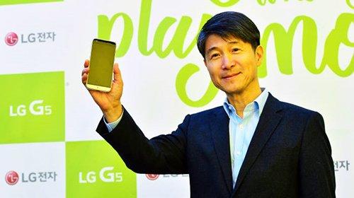 LG电子CEO赵俊镐去年3月在于韩国首尔新沙洞林荫道开业的LG电子Playground介绍智能手机(图片来源:韩国《The Electronic Times》)