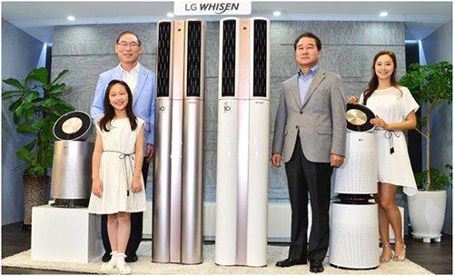 """16号,韩国LG电子在首尔汝矣岛双子塔公开了装载了人工智能的""""Whisen双重空调"""",其中人工智能主要包括可以自我学习等功能。LG电子社长宋大铉、LG电子韩国营业本部长崔相奎(从左至右)正在对外展示这一具备智能护理、智能双重冷气、变频压缩机和智能家居服务的该款空调。(图片来源:韩国《The Electronic Times》)"""