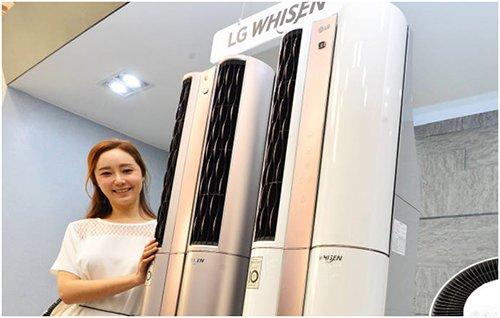 """16号,LG电子在首尔汝矣岛双子塔公开了装载了人工智能的""""Whisen双重空调"""",其中人工智能主要包括可以自我学习等功能。这一具备智能护理、智能双重冷气、变频压缩机和智能家居服务的该款空调正在对外展示。(图片来源:韩国《The Electronic Times》)"""