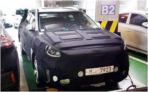 进行公路测试的电动车,套着保护膜,正在位于韩国城南市寿井区的易买得(emart)超市充电。据调查,此车为现代汽车将于明年推出的SUV电动汽车(图片来源:韩国《电子新闻》)