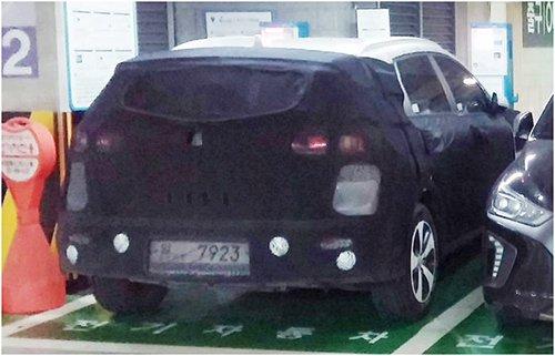韩国现代汽车计划于明年推出,正在进行公路测试的SUV电动车尾部(图片来源:韩国《电子新闻》)