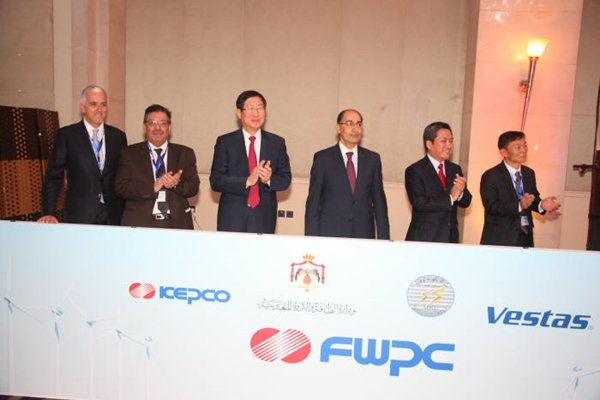 (Starting from the left) President Marco Graziano of Vestas, President Abde Al-Fattah Al-Daradkeh of NEPCO, President Cho Hwan-ik of KEPCO, Minister Ibrahim Seif of MEMR, Ambassador Lee Beom-yeon of Korean Embassy in Jordan, and Director Jung Dong-il of Fujeij Corporate