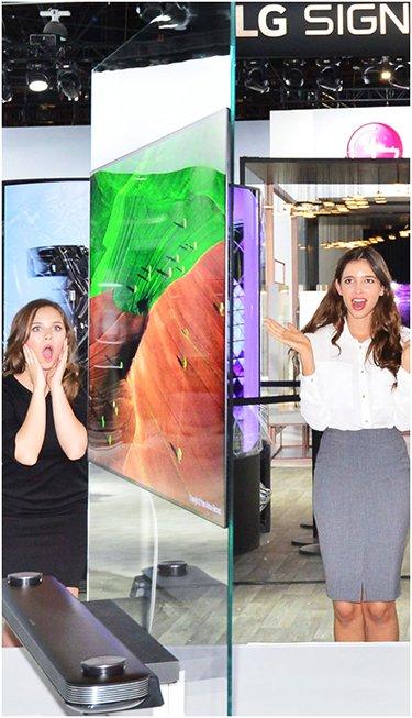 """韩国LG电子在美国拉斯维加斯举办的2017年国际消费电子展(CES 2017)上发布""""Signature OLED TV W""""系列电视。它将有机发光二极管(OLED)无背光的特点发挥到极致,厚度仅为2.57毫米(图片来源:韩国《电子新闻》)"""