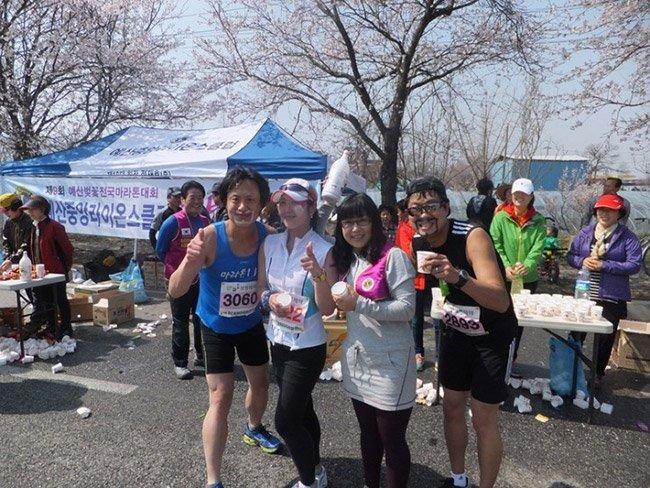 예산 벚꽃 마라톤 대회에서 막걸리를 주신 지역주민과 함께 찍은 사진