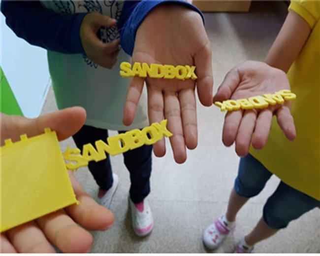 학생들이 3D 프린터로 뽑은 글자와 도형