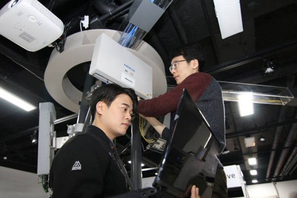 KT made an announcement on the 17th that it has established and is operating 'Pyeongchang 5G Center' at Pyeongchang Alpensia Ski Jump Center.  KT's executives and employees are testing equipment and devices such as base stations and antennas that obey '5G-SIG standards' at Pyeongchang 5G Center.
