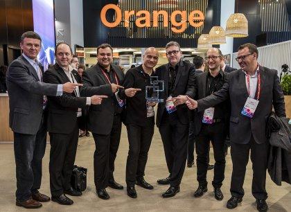 MWC 모바일 어워드에서 인증분야 최고상 수상한 다날미국법인 짐 그린웰(Jim greenwell) 대표(사진 중앙 왼쪽)와 임직원들이 기념촬영을 하고 있다. 사진=다날 제공