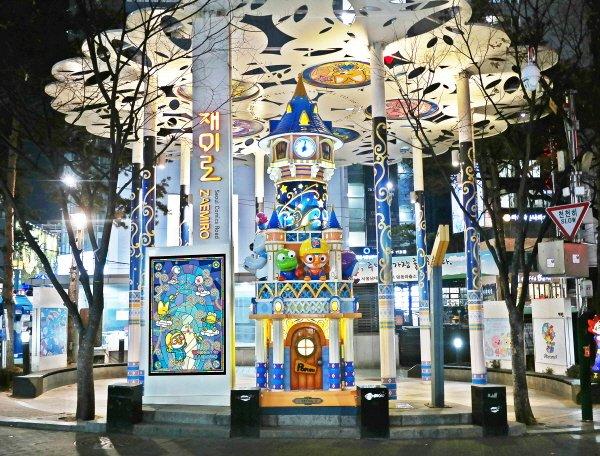 최근 서울산업진흥원측은 서울 명동 만화의 거리(재미로) 부근에 전체길이 5.5미터 가량의 '뽀로로 시계탑'을 세웠다고 밝혔다. (사진=서울산업진흥원 제공)