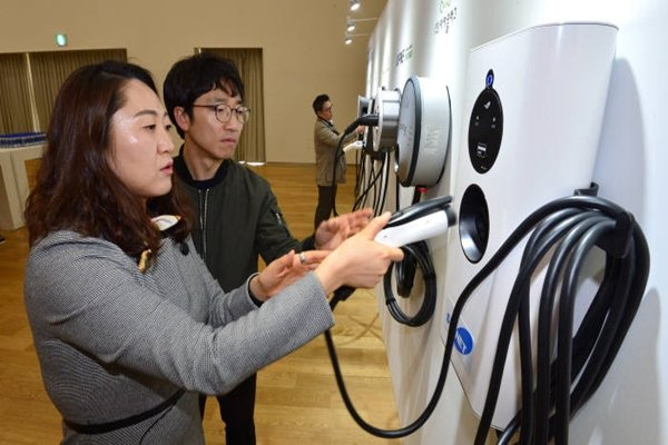 Visitors are looking at 7 models of home chargers that were on exhibition at 'EVuff@BMW', which was held at BMW Driving Center on the 4th.