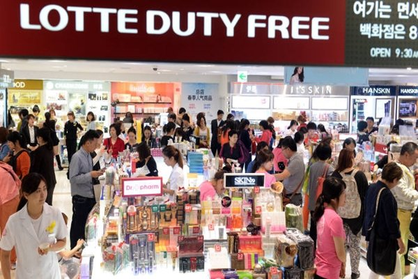 Chinese tourists are purchasing cosmetics from a duty free in South Korea.  (Reference: Database from The Electronic Times)