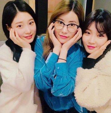 김청하, 정채연-기희연과 근황 꽃받침 셀카 '보고싶다 아이오아이'
