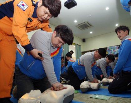 지난 13일 서울시 은평구 진관동 은평소방서 시민안전체험관에서 CJ대한통운 택배기사들이 심폐소생술을 배우고 있다. 사진=CJ대한통운 제공