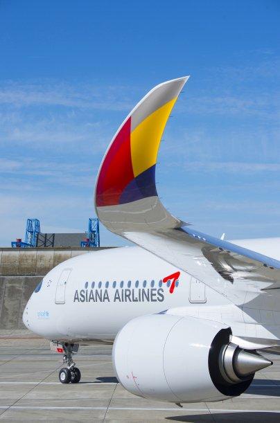 아시아나항공이 오는 4월 도입 예정인 A350-900 1호기가 15일(현지시각) 프랑스 툴루즈 에어버스 본사에서 도색을 마치고 활주로에 주기해있다.