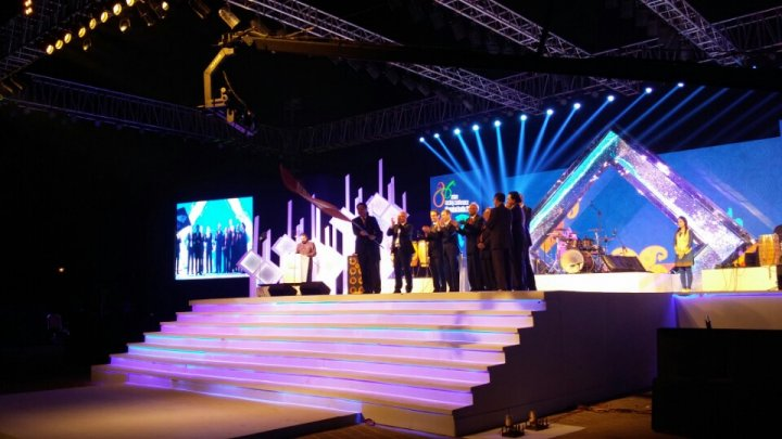 지난해 인도 뭄바이에서 개최된 제36회 아시아경마회의 참석당시 한국마사회 박양태 경마본부장이 폐막식에서 회의 깃발을 건네받아 흔들고 있다.
