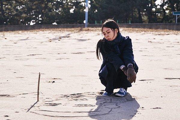 '밤의 해변에서 혼자' 스틸사진. 사진=영화제작전원사 제공