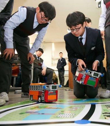 LG CNS가 올해 4월 '코딩 지니어스' 코딩 교육을 본격 실시한다. 사진은 지난해 용산중학교에서 레고 EV3를 활용한 코딩 실습 파일럿 테스트를 진행하는 장면.