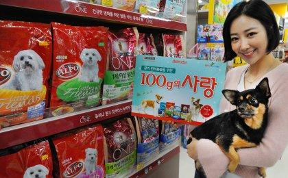홈플러스와 롯데네슬레코리아 반려동물 사업 부문 네슬레 퓨리나는 유기반려동물을 위한 '100g의 사랑 나눔 캠페인(A Bowl of Love)'을 지난 2013년부터 공동 진행해 오고 있다. 사진=홈플러스 제공