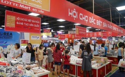 지난달 23일 베트남 호치민시에 위치한 롯데마트 고밥점에서 현지 고객들이 '글로벌 청년 창업 판촉전'에서 한국 상품들을 살펴보고 있다. 사진=롯데마트 제공
