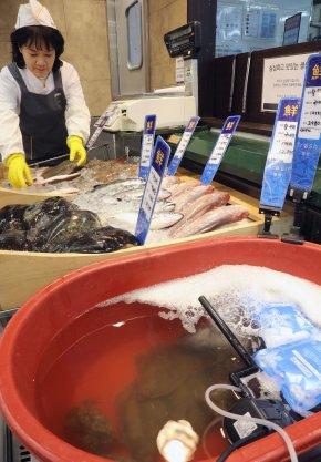 이마트가 수산물의 안정적인 공급과 판로 확보를 위해 활어 판매를 전 점으로 확대키로 했다. 이마트 성수점 활어 매장. 사진=이마트 제공