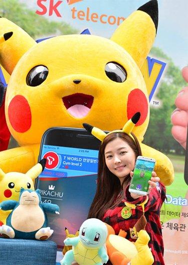 "SK telecom和Niantic、Pokemon go韩国合作,对使用AR手游""Pokemon go""的用户实行免流量的合作营销模式。20日,首尔中区SK telecom T-world卖场市厅店的模特正在抓pokemon(图片来源:韩国《电子新闻》)"