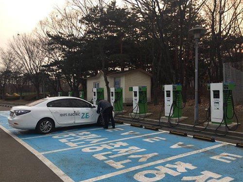 韩国电力公司位于首尔上岩世界杯竞技场的开放式电动汽车充电站,该地共设有7台快速充电器及3台慢速充电器(图片来源:韩国《电子新闻》)