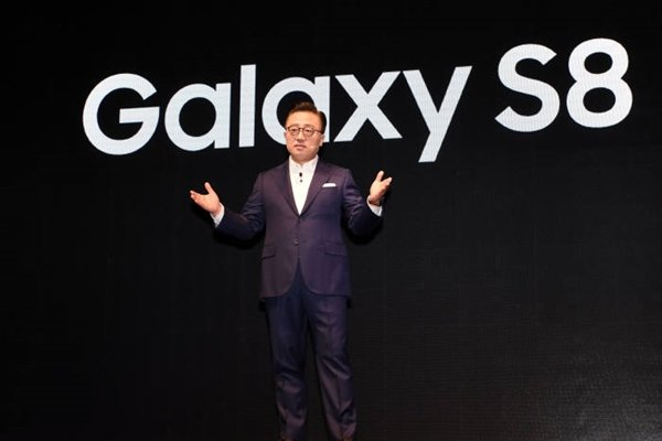 Department Head (President) Ko Dong-jin of Samsung Electronics Wireless Business Department is introducing Galaxy S8.  Staff Reporter Yoon, Seonghyeok | shyoon@etnews.com
