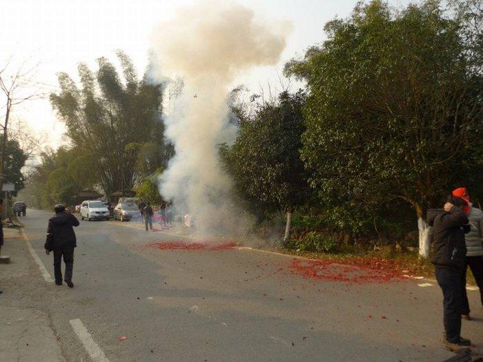 폭발시키듯 폭죽을 터뜨리는 장례 행렬