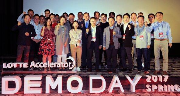롯데그룹의 창업보육 전문법인 '롯데액셀러레이터'는 20일, 스타트업들의 투자유지를 위한 '엘캠프(L-camp) 2기 데모데이(Demoday)' 행사를 서울 송파구 소재의 롯데시네마 월드타워관에서 개최했다. 사진은 데모데이 행사에 참여한 스타트업 23개사와 황각규 롯데그룹 경영혁신실장(가운데) 및 롯데엑셀러레이터 직원들이 기념촬영을 하고 있다. 사진=롯데그룹 제공