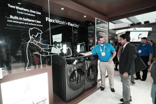 Followed by last year, Samsung Electronics was once again the top brand in market shares in the U.S., which is the world's biggest market for home appliances, in first quarter of this year.  Visitors are looking at Samsung Electronics' FlexWash and FlexDry products at 'CES 2017' that was held in Las Vegas in this January.