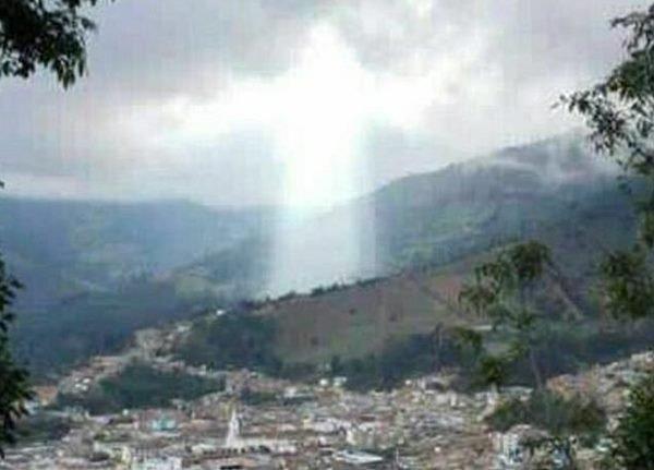 콜롬비아 산사태 재난 지역에 예수 형상 나타나 화제