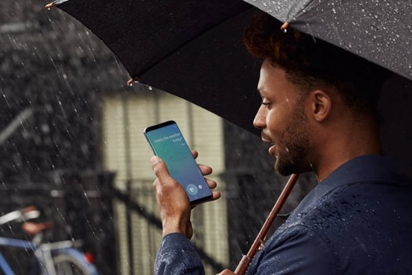 A model is using Bixby service through Galaxy S8