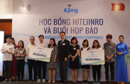 지난 5일 베트남 하노이의 한 호텔에서 하이트진로 김인규 사장(가운데)과 베트남 하노이대학교와 하노이외국어대학교 장학생들이 기념 촬영을 하고있다. 사진=하이트진로 제공