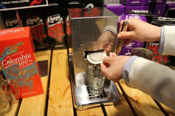 커피전문점 '탐앤탐스' 역시 새로운 커피 시장을 개척하고 발전시키기 위해 노력하고 있다고 13일 밝혔다. 청담 파드 스테이션점에서 파드 머신 체험 장면. 사진=탐앤탐스 제공