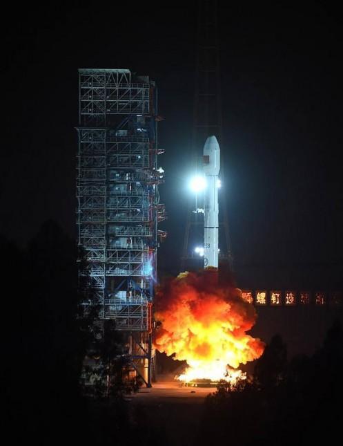 중국 첫 HD광학촬영이 가능한 정지궤도 위성 가오펀 4호가 롱마치-3B 로켓에 실려 하늘로 날아오르고 있다<출처:신화통신>