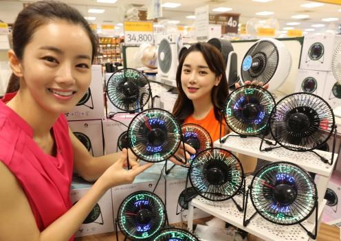 이마트 성수점 가전매장에서 모델들이 LED 메시지 선풍기, LED 시계 선풍기를 선보이고 있다. 사진=이마트 제공