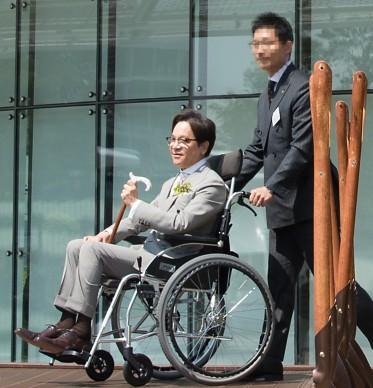 이재현 CJ그룹 회장이 17일 오전 경기도 수원시 광교에서 열린 'CJ블로썸파크 개관식' 겸 '2017 온리원 컨퍼런스'에 참석했다. 이재현 회장이 기념식수 행사를 위해 휠체어로 이동하고 있다. 사진=CJ그룹 제공