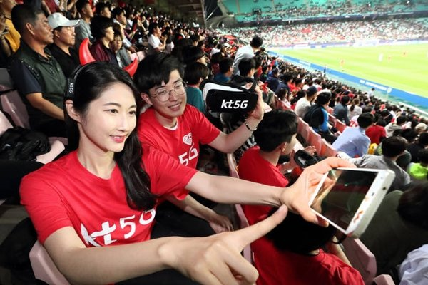 People are enjoying KT's 5G media service at Jeonju World Cup Stadium where a match between South Korea and Argentina took place on the 23rd.