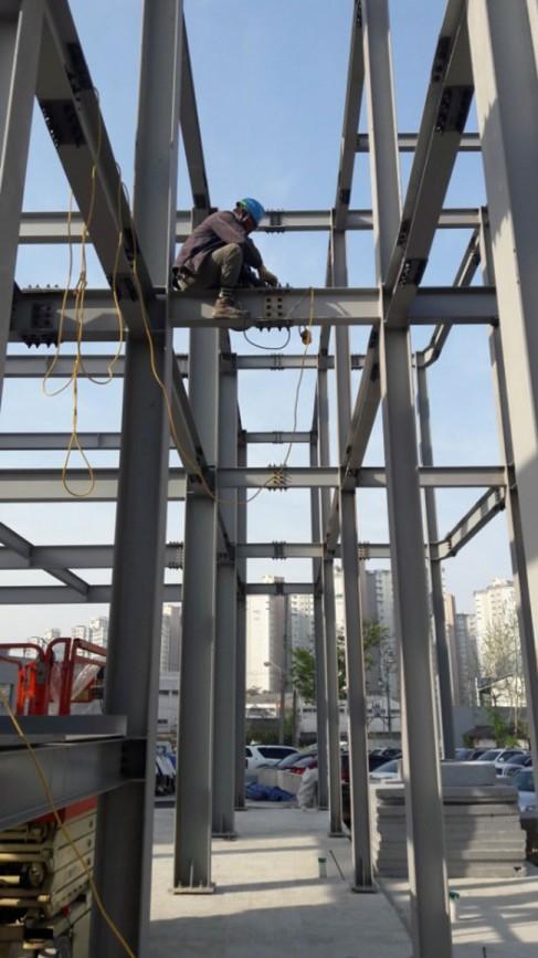 철골조 주택의 예 (자료제공 아트아키텍건축) ; 일반적인 주택에서는 사용하지 않고 철골조의 특성상 이유가 있는 현장일 경우에 주로 사용한다.
