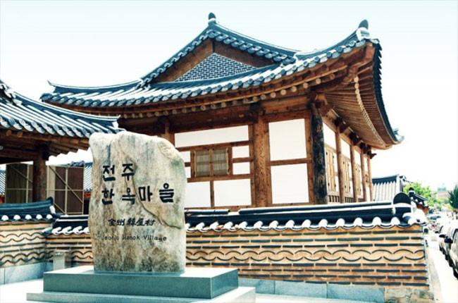 아름다운 한국미를 보여주는 전주한옥마을 진입부 (자료출처 한국관관공사 홍보사이트)