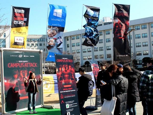 수도권 대학교 캠퍼스에서 진행된 'HP OMEN 캠퍼스 어택' 로드쇼에 대학생들이 참여하고 있다.