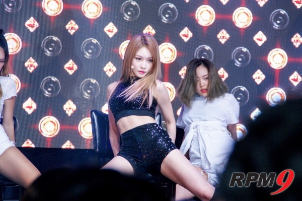 [Stage리뷰] 'Hands on Me' 청하 데뷔, '국민 걸그룹에서 막강 여성 솔로보컬로'