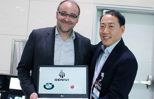 被任命为GENIVI联盟副会长的LG电子常务柳庆东(右)和GENIVI联盟会长Peter Schönenberg宝马信息娱乐设计负责人合影留念(图片来源:韩国《电子新闻》)