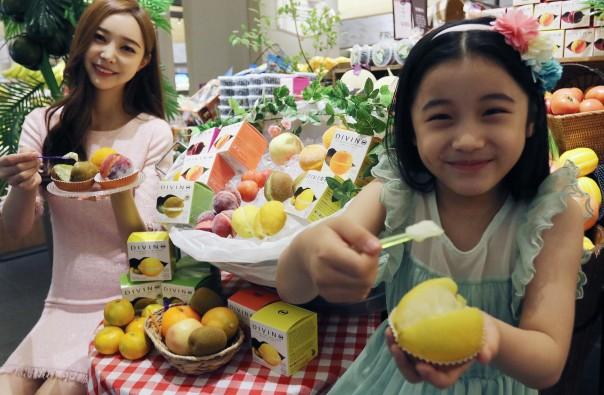 서울 중구 신세계백화점 본점 지하 1층 식품관에서 모델들이 이탈리아 프리미엄 과일 젤라또 '디비노(DIVINO)'를 선보이고 있다. 사진=신세계백화점 제공