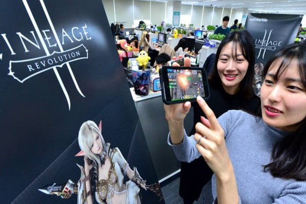 Netmarble Games made $182 million (206 billion KRW) in sales in just one month from releasing 'Lineage 2 Revolution'.  Employees from Netmarble Games are explaining Lineage 2 Revolution.  Staff Reporter Yoon, Sunghyeok | shyoon@etnews.com