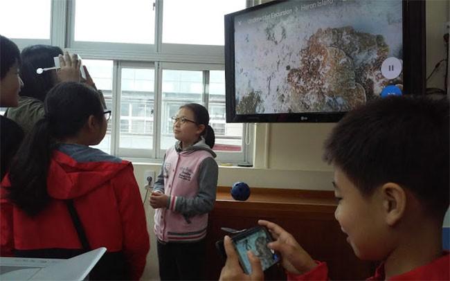 전세계 600여곳을 탐험하는 구글 익스페디션 수업 모습. 아래 교사의 장비를 학생장비에 연결하려면 와이파이가 필수다.