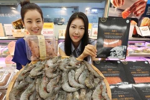 서울 성수동에 위치한 이마트 성수점에서 모델들이 '수요일은 수산물 먹는 날' 행사를 맞아 할인된 가격의 수산물을 선보이고 있다. 사진=이마트 제공