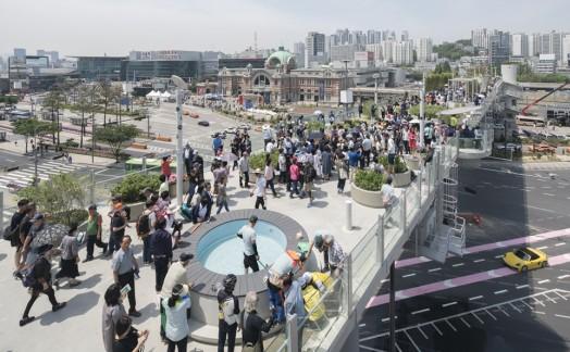 서울역 고가도로를 활용해 지난 5월 20일 개장한 '서울로 7017'. 그늘 부족, 디자인 논란 속에서도 이곳이 개장 한 달 만에 203만명이 방문하는 서울의 새로운 명소로 자리매김했다. 사진=서울시 제공