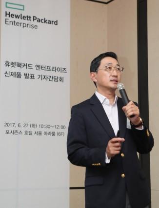 함기호 한국HPE 대표가 하이브리드IT 환경을 구축, 운영하는데 적합한 자사 솔루션을 소개하고 있다. 사진=한국HPE